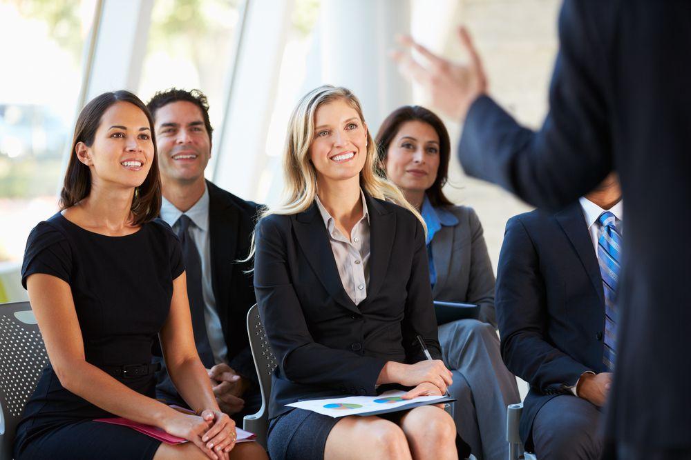Equipe reunida para palestra motivacional